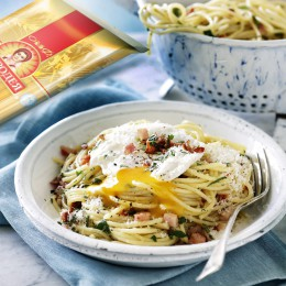 Spaghetti with bacon, tomatoes and poached egg