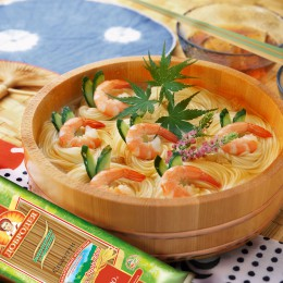 Spaghetti with shrimps and fresh cucumber