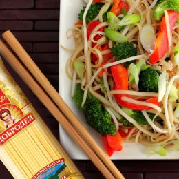 Noodles with broccoli and bell pepper